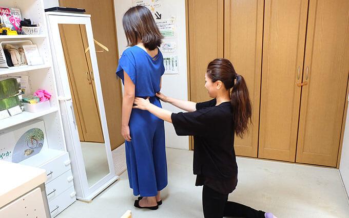 鏡の前で歪み、姿勢の確認